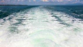 Vague d'un bateau de ferry sur la mer banque de vidéos