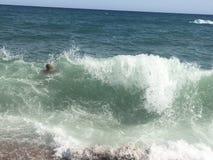 Vague dans l'eau de mer photographie stock
