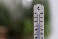 Vague de chaleur : Thermomètre en été sur un fond trouble, la chaleur images stock