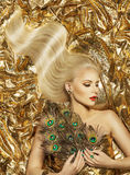 Vague de cheveux, mannequin Golden Hairstyle, longs cheveux d'or de femme Photos libres de droits