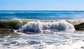 Vague de haute mer pendant le vent violent images libres de droits