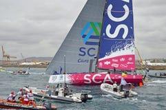 Vague de l'équipe SCA de course d'océan de Volvo au revoir Image libre de droits