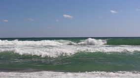 Vague de la mer de l'été de 2018 dans la ville des touristes d'Obzor Bulgarie la Mer Noire banque de vidéos