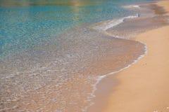 Vague de la mer sur la plage sablonneuse Images libres de droits