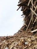 Vague de la pile en bois sur un chantier de démolition Image libre de droits
