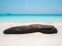 Vague de mer et grande roche Photos libres de droits