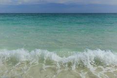 Vague de mer et plage de sable Images stock