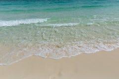 Vague de mer et plage de sable Photographie stock