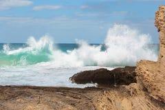 Vague de mer se brisant sur des roches Photo libre de droits