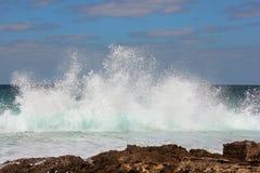 Vague de mer se brisant sur des roches Image libre de droits