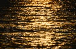 Vague de mer sur la couleur jaune au temps de coucher du soleil Image stock