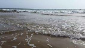 Vague de mer sur la plage banque de vidéos
