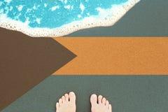 Vague de mer sur la plage sablonneuse ensoleillée avec le Commonwealth Bahamas de drapeau Vue ? partir de dessus sur le ressac images libres de droits