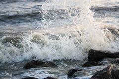 Vague de mer sur les pierres Image stock