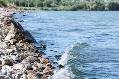 Vague de mer sur une plage de granit Photographie stock