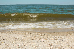 Vague de mer sur une plage sablonneuse Photos stock