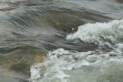 Vague de rivière en eau peu profonde photographie stock
