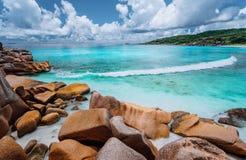 Vague de roulement et formations renversantes de granit sur la belle ?le tropicale avec les nuages blancs de la La Digue, Seychel photographie stock