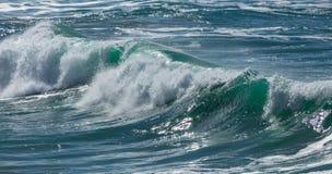 Vague de rupture, plage de Fistral, les Cornouailles photos stock