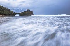 Vague de tache floue de mouvement à la plage de Kukup, Indonésie, Asie du Sud-Est Photo stock
