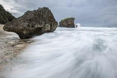 Vague de tache floue de mouvement à la plage de Kukup, Indonésie, Asie du Sud-Est Photos libres de droits