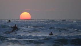 Vague déferlante de coucher du soleil au Jersey Image stock