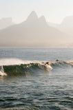 Vague déferlante en plage d'Ipanema Photos stock