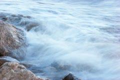 Vague déferlante sur le rivage rocheux Photos libres de droits