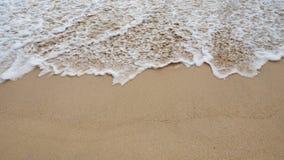 Vague doucement blanche de la mer sur la plage sablonneuse à Phuket, Thaïlande Copiez l'espace pour un certain texte Photo stock