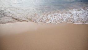 Vague doucement blanche de la mer sur la plage sablonneuse à Phuket, Thaïlande Copiez l'espace pour un certain texte Photos stock