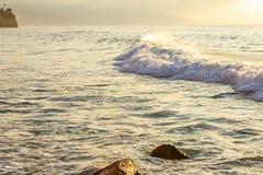 Vague en pastel écumante avec le remuement, contre l'étendue d'océan photos stock