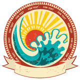 Vague et lumière du soleil de mer. Label de vintage avec le rouleau FO Photographie stock libre de droits