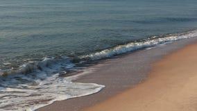 Vague et sable à la plage Thaïlande de Chaam clips vidéos
