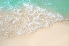 Vague et sable sur la belle plage d'océan Photographie stock libre de droits