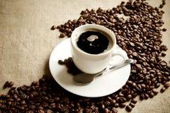 Vague faite de grains de café avec la tasse de café écumeux Image libre de droits
