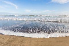 Vague fonctionnant contre le bord de la mer Photographie stock libre de droits