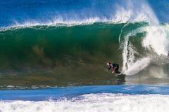 Vague inférieure surfante de tour de surfer Photos stock