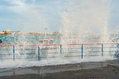 Vague lourde cassée sur un ancrage d'embarcations de plaisance photos stock