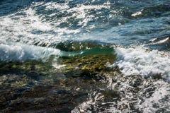 Vague molle clair comme de l'eau de roche à Malte photo libre de droits