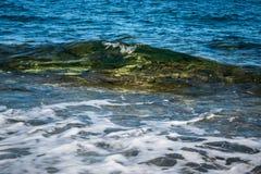Vague molle clair comme de l'eau de roche à Malte Gozo photographie stock