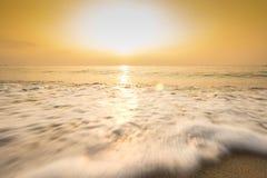 Vague molle d'océan bleu sur la plage sablonneuse Photo libre de droits