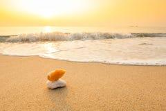 Vague molle d'océan bleu sur la plage sablonneuse Image stock