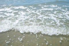 Vague molle d'océan sur le fond de plage de sable Image libre de droits