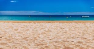 Vague molle d'oc?an bleu sur la plage tropicale ar?nac?e Fond de plage tropicale de paradis avec le sable d'or, panorama de touri images stock