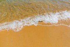 Vague molle d'oc?an bleu sur la plage tropicale ar?nac?e Fond de plage tropicale de paradis avec le sable d'or, panorama de touri image libre de droits