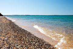 Vague molle de la mer sur la plage sablonneuse image stock