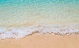 Vague molle de la mer sur la plage sablonneuse chez la Thaïlande Photo libre de droits