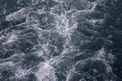 Vague mousseuse blanche de traînée océanique de bateau Vue supérieure des eaux d'océan profond Bannière marine de voyage Traînée  photo libre de droits