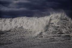 Vague orageuse contre le ciel fonc? image libre de droits