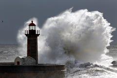 Vague orageuse rétro-éclairée photographie stock